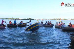 Độc đáo kỹ nghệ 'lắc' thuyền thúng giữa rừng dừa nước phố Hội