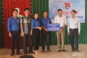 Đoàn Khối Các cơ quan Hà Nội tổ chức chương trình 'Chia sẻ yêu thương' tại Tân Kỳ