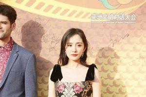 Mặc váy nhưng lại đi giày thể thao dự sự kiện, Dương Mịch thu hút sự chú ý của dân mạng