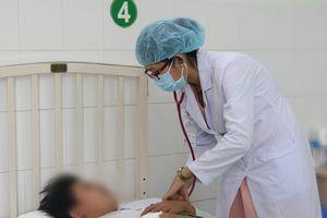 Cấp cứu bệnh nhân sốt xuất huyết dẫn đến giảm tiểu cầu trong máu, bác sĩ chỉ ra dấu hiệu không thể bỏ qua