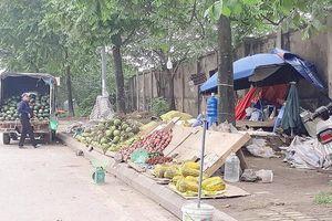 Hàng rong, rác thải tràn ra đại lộ Thăng Long