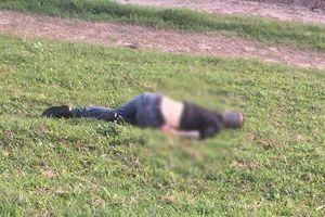 Người đàn ông tử vong bất thường dưới vệ đê