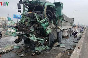 Xe ben húc đuôi xe tải, khoan cắt cabin đưa thi thể tài xế ra ngoài