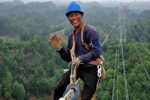 Thợ điện Trung Quốc ăn trưa trên độ cao 130 mét
