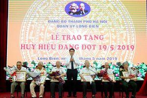 Chủ tịch Nguyễn Đức Chung trao Huy hiệu Đảng tại quận Long Biên