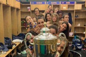 'Chơi lớn', toàn đội bóng nữ khỏa thân mừng vô địch