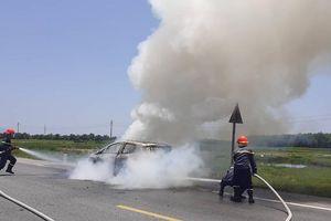 Xe 5 chỗ Ford Eco Sport bốc cháy dữ dội khi đang chạy ở Hà Tĩnh