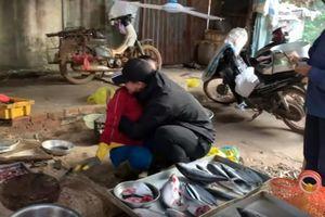 Chàng trai Đắk Lắk ôm mẹ bán cá gây 'bão mạng': 'Yêu mẹ có gì phải giấu'