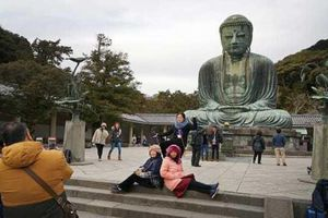 Lý do thành phố Karakuma của Nhật cấm du khách vừa đi vừa ăn