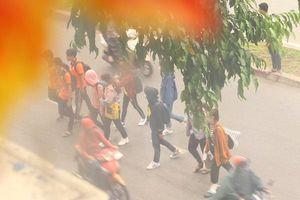 TP.HCM: Nhiều người bất chấp nguy hiểm chặn đầu 'tử thần' lao qua đường