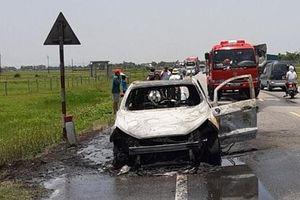 Hà Tĩnh: Xế hộp đời mới bất ngờ bốc cháy gữa đường