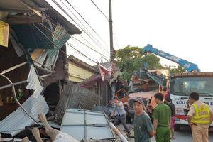Xe container mất lái tông nhiều nhà dân
