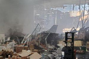 Tiêm kích F-16 chở theo vũ khí lao thủng nóc, bốc cháy nhà kho