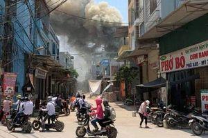 Cháy xưởng gỗ ở Hà Nội, nhiều người hoảng loạn tháo chạy
