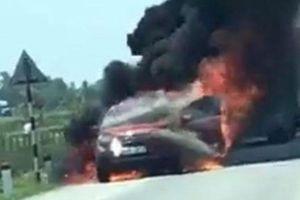 Đang di chuyển trên đường, ô tô bốc cháy dữ dội