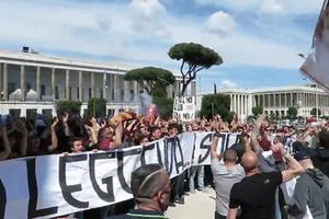 Hàng nghìn người biểu tình đòi AS Roma gia hạn với De Rossi
