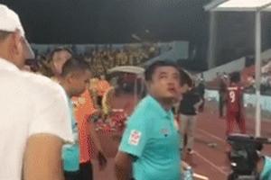 Trọng tài V.League bị CĐV Hải Phòng chửi, ném chai nước