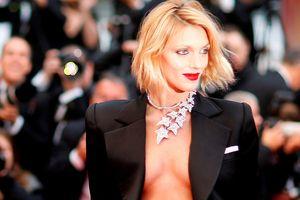 Cựu thiên thần Victoria's Secret khoe ngực trần táo bạo trên thảm đỏ Cannes