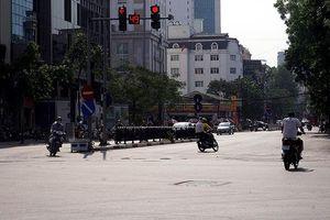 Thời tiết ngoài trời trên 50 độ C, nhiều đường phố Hà Nội vắng tanh