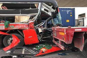 Xe khách tông thẳng vào đuôi xe container, một người tử vong