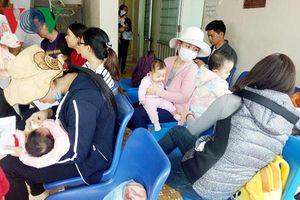 Phụ nữ Quảng Ngãi kéo nhau đưa con xuống phố tiêm vaccine 6 trong 1