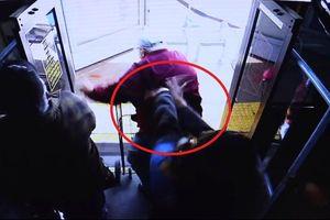 Clip: Xô ngã cụ ông trên xe buýt, 'ác nữ' bị buộc tội giết người