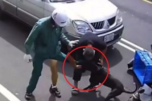 Clip: Bị xích trên xe tải, chó pitbull hung dữ vẫn lao tới cắn xé người đi đường