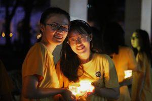 Lễ ra trường trong ánh nến và lời chưa nói của học sinh Lê Hồng Phong