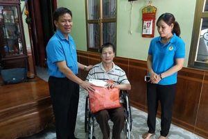 LĐLĐ Điện Biên: Tặng quà cho công nhân bị tai nạn lao động