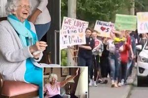 Cụ bà 12 năm vẫy chào học sinh khóc vì 400 đứa trẻ 'làm loạn' đáng yêu