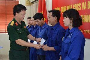 Ban Công đoàn Quốc phòng trao 160 suất quà tặng đoàn viên công đoàn nhân dịp Tháng Công nhân