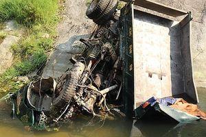 Xe tải lao xuống vực sâu hơn 100m, 3 người thương vong