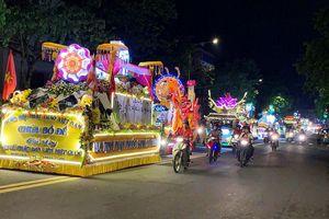 Đoàn xe Phật đản rực rỡ đèn hoa diễu hành ở Đà Lạt