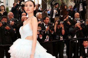 Bạn gái con trai 'vua sòng bạc Macau' khoe ngực đầy, eo thon trên thảm đỏ Cannes