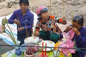 Kiên Giang: Ngỡ hoa 'thần', một gia đình lập bàn thờ cúng bái