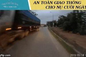 Định vượt xe tải, người đàn ông chạy xe máy bị ô tô ngược chiều đâm, hất vào lề đường