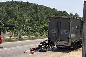 Tông vào đuôi xe dừng bên đường, người đàn ông tử vong thương tâm