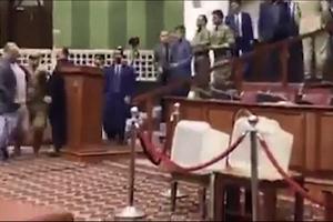 Nghị sĩ Afghanistan cầm dao dọa đâm đối thủ tại phiên họp Quốc hội