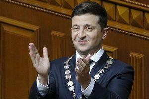 Ukraine: Diễn viên hài đi bộ tới nhậm chức Tổng thống, giải tán luôn Quốc hội