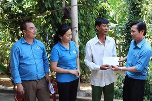 LĐLĐ Quảng Bình: Thăm và tặng quà cho công nhân bị tai nạn lao động