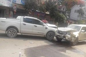 Nghệ An: Ghen tuông, đốt nhà, đâm vợ rồi lao thẳng ô tô vào xe 'tình địch'