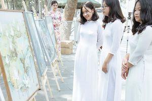 38 bức tranh vẽ Bác Hồ triển lãm tại Bờ Hồ - Hà Nội