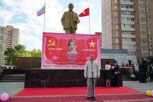 Lễ đặt hoa bên Tượng đài Hồ Chí Minh tại thành phố Ulyanovsk