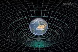Cực sốc: Con người có thể xuyên không qua hố đen đục?
