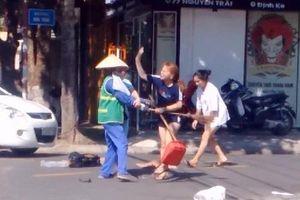 Bị nhắc nhở vì ném rác vô ý thức, chủ shop quần áo lao vào đánh tới tấp cô lao công