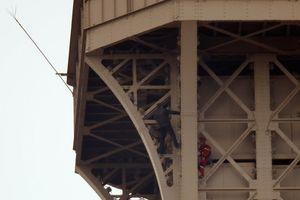 Pháp sơ tán tháp Eiffel do có du khách leo ra ngoài