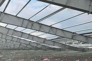 Sập khung nhà xưởng rộng hàng ngàn m2, 1 người tử vong