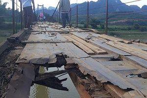 Hòa Bình: Người dân liều mình đi qua cầu treo mục