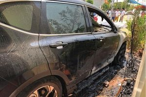 Giữa trưa nắng, Honda CR-V 1 tỷ phát nổ, chủ xe bất lực cứu cháy