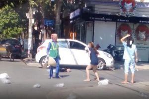 Clip: Chủ shop quần áo lao vào chửi bới, đánh tới tấp nữ lao công giữa đường